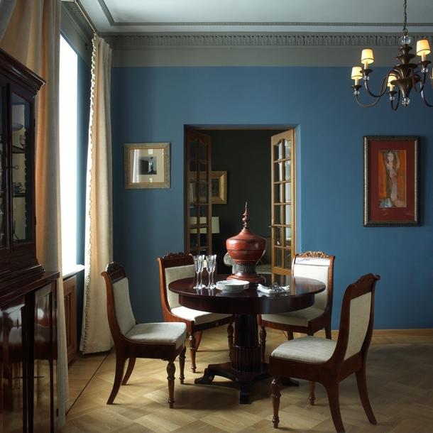 В столовой — русские  стулья середины  XIX века и стол, Morelato.