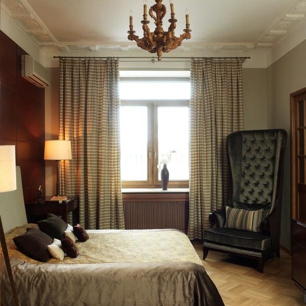 Антикварную люстру для спальни Карина приобрела в Швейцарии. Кресло в углу — из салона Park Avenue.
