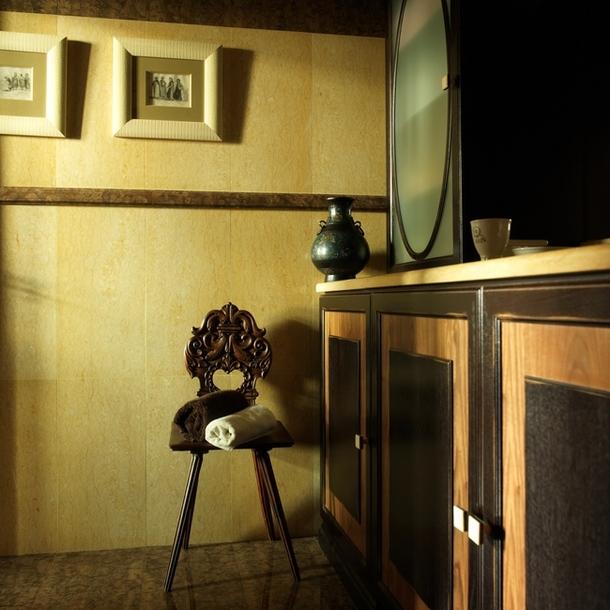 Мебель для ванной сделана из дуба и палисандра по эскизам Карины. У стены — русский стул XIX века.